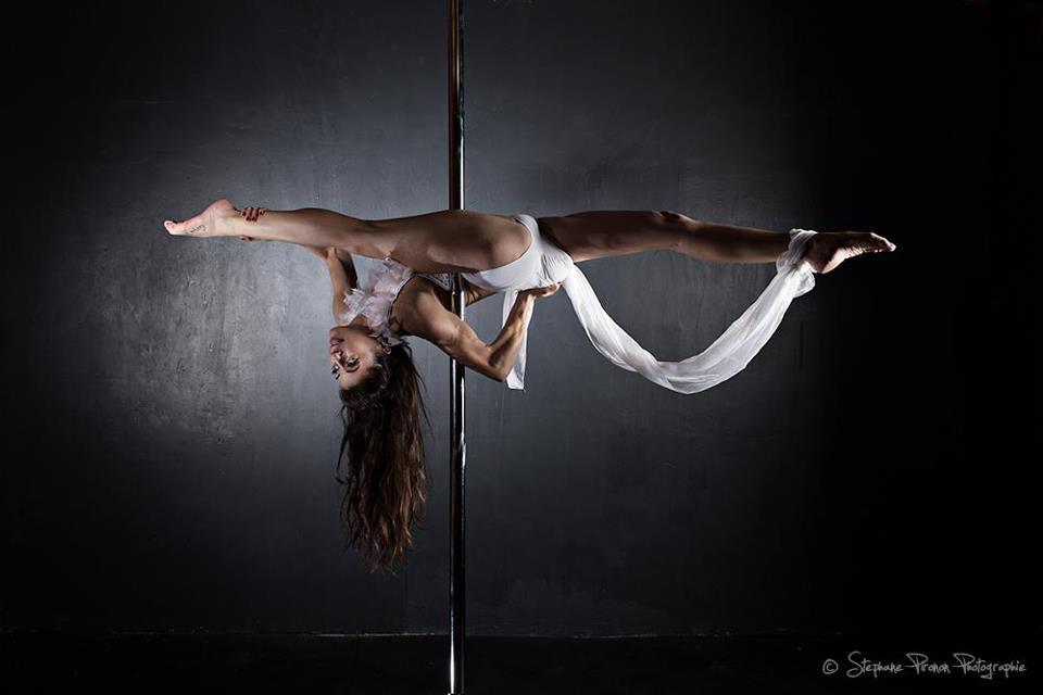 Pole Dance Manuela Carneiro